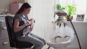 Moderlugnar behandla som ett barn lager videofilmer