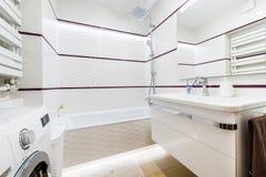Moderm,时髦的卫生间 免版税库存照片