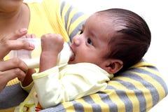 Modermatning mjölkar till nyfött behandla som ett barn fotografering för bildbyråer