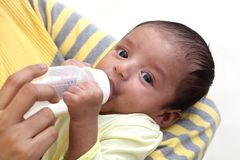Modermatning mjölkar till nyfött behandla som ett barn royaltyfria bilder