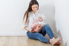 Modermatningar behandla som ett barn från flaskan Fotografering för Bildbyråer