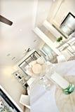 Modern äta middag tabellinre med vita väggar i köket arkivfoton
