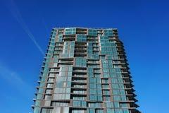 Modern övergiven byggnad Övergiven konkret byggnad Samtida arkitektur oavslutat Byggande fragment med fönster fotografering för bildbyråer