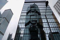 Modern abstrakt byggnad i Hong Kong, geometrisk modell av exponeringsglas och betong med härlig reflexion Urban Royaltyfria Foton