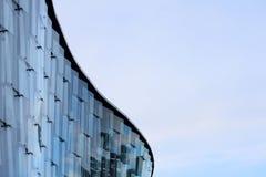 Modern affär, universitetbyggnad mot blå himmel arkivfoto