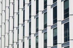 Modern affärsbyggnad med fönsterreflexion Fotografering för Bildbyråer