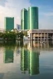 Modern affärsbyggnad med reflexion i Bangkok Royaltyfria Foton