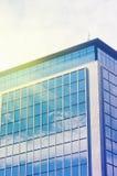 Modern affärskontorsbyggnad med blåa glass fönster Abstrac Royaltyfria Bilder