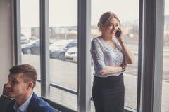 Modern affärskvinna i kontoret med kopieringsutrymme Arkivbild