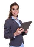 Modern affärskvinna med den bruna hår- och minnestavladatoren Royaltyfri Foto
