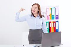 Modern affärskvinna på kontorsbakgrunden med kopieringsutrymme och åtlöje upp affärsidé isolerad framgångswhite Stark kvinna på a royaltyfria bilder