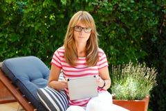 Modern affärskvinna som hemma arbetar Arkivbild