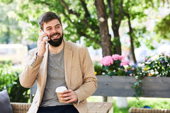 Modern affärsman Enjoying Phone Conversation utomhus royaltyfria foton