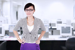 Modern affärskvinna i kontoret Arkivbild
