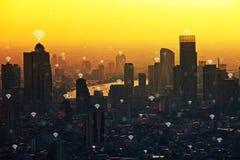 Modern anslutning i stad för affärsområde på solnedgången Wifi anslutning Royaltyfri Foto