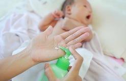 Modern applicerar en lotionkr?m p? behandla som ett barnkroppen efter bad Behandla som ett barn omsorgbegreppet royaltyfri fotografi