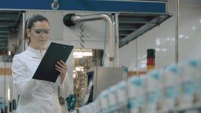modern arbetare för fabrik arkivfilmer