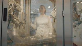 modern arbetare för fabrik stock video