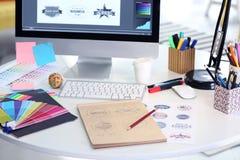 Modern arbetsplats för grafisk formgivare arkivbild