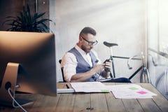 Modern arbetsplats för skäggig affärsmanMaking Great Business idé Funktionsdugligt Startup skrivbord för ung man Använd Smartphon royaltyfri foto