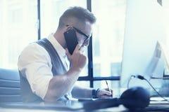 Modern arbetsplats för skäggig affärsmanMaking Great Business idé Funktionsdugligt Startup skrivbord för ung man Använda den Smar royaltyfria foton