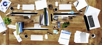 Modern arbetsplats för smutsigt kontor inget folkbegrepp arkivfoto