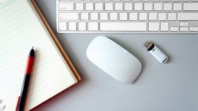 Modern arbetsplats på den gråa wood tabellen Från ovannämnd sikt på Fotografering för Bildbyråer