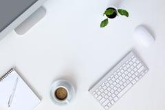 Modern arbetsplats på det vita kontorsskrivbordet royaltyfria foton