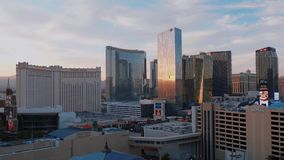 Modern Aria en Mandarin Hotel in Las Vegas - mooie avondmening - de V.S. 2017 stock video