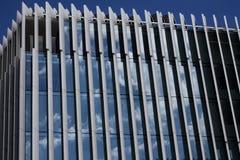 Modern arkitektonisk glass struktur med reflexioner arkivbilder