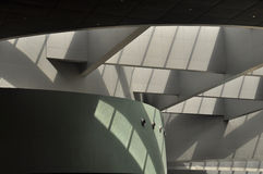 Modern arkitektonisk inomhus struktur Arkivfoto