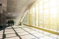 Modern arkitektur av den stora affärskonferensmitten med blått tonar Darnytsia tunnelbanastation i Kiev Royaltyfria Bilder