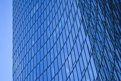Modern arkitektur av kontorsbyggnader En skyskrapa från exponeringsglas och metall i form av en krökt våg tema för illustration f arkivfoto