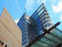 Modern arkitektur, geometriska former och reflexioner Arkivbild