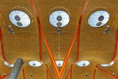 Modern arkitektur i den Barajas flygplatsen, Madrid, Spanien fotografering för bildbyråer