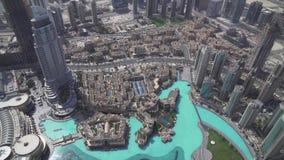 Modern arkitektur i stadens centrum Dubai och Burj Khalifa Lake på foten av den mest högväxta byggnaden i världen lagerför längd  arkivfilmer