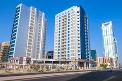 Modern arkitektur, kontorsbyggnader av Manama, Bahrain Royaltyfri Fotografi