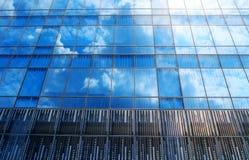 Modern arkitektur med den glass himmelreflexionen Arkivbild