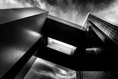 Modern arkitektur med den trimmade svartvita signalen royaltyfri bild