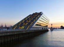 Modern arkitektur på den Hamburg hamnen Royaltyfri Bild
