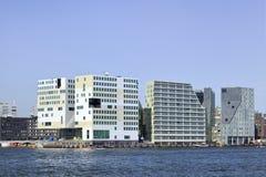 Modern arkitektur på invallningen av `en för ` IJ, nära den Amsterdam centralstationen, Nederländerna Arkivfoto