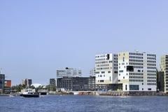 Modern arkitektur på invallningen av `en för ` IJ, nära den Amsterdam centralstationen, Nederländerna Fotografering för Bildbyråer