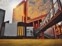 Modern arkitektur som är tekniskt avancerad med en glass fasad, futuristisk konstruktion Arkivbild