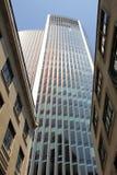 Modern arkitektur som kontrasteras med tappningbyggnader royaltyfria foton