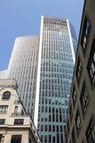 Modern arkitektur som kontrasteras med tappningbyggnader royaltyfri fotografi