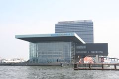 modern arkitektur Stor kontorsbyggnad vid havet royaltyfri fotografi