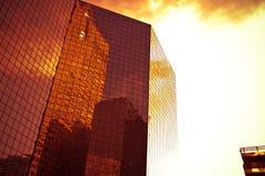 Modern arkitektur under en dramatisk himmel royaltyfri fotografi