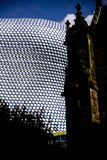 Modern arkitekturbyggnad i Birmingham UK Gammal kyrka mot modern arkitekturbyggnad arkivfoton