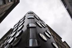 Modern arkitekturbyggnad med runda fönster Arkivfoto