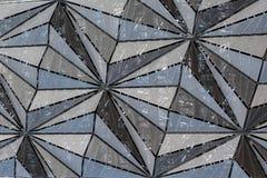 Modern arkitekturfasad av rasterpaneler i triangulär modell Royaltyfri Bild